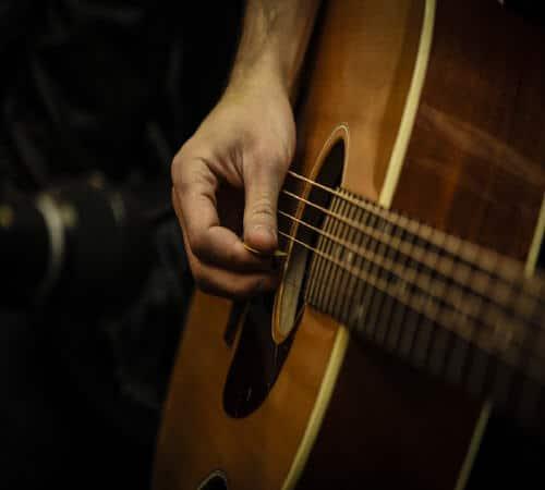 נגן גיטרה באילת